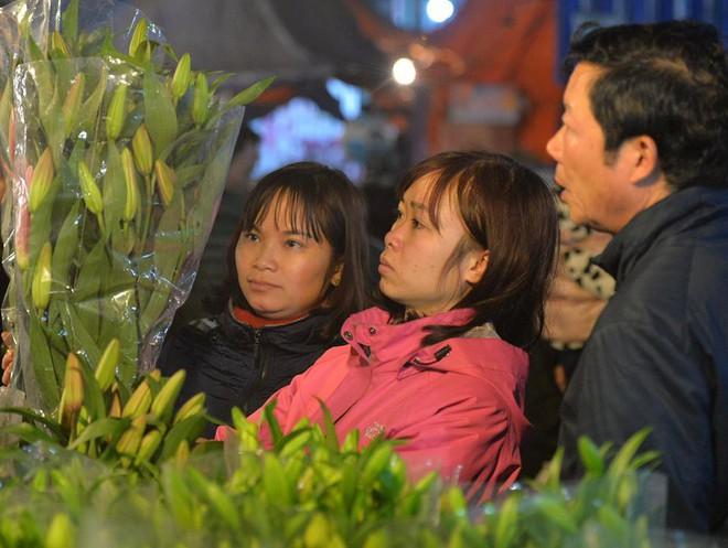 Chợ hoa Quảng An tấp nập đêm trước giao thừa - Ảnh 7.