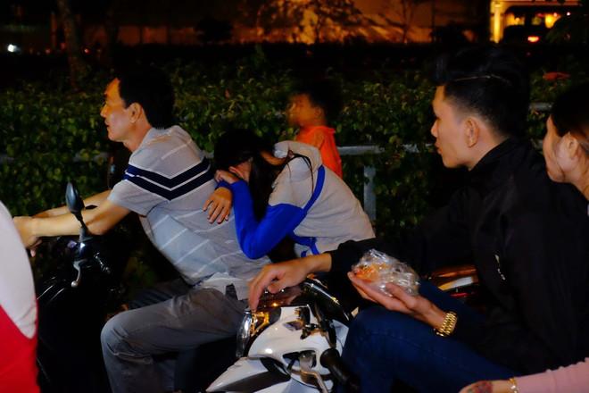 Bố mẹ đem cả mùng mền, trải chiếu ru con ngủ để chờ xem bắn pháo hoa mừng năm mới - ảnh 5