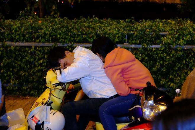 Bố mẹ đem cả mùng mền, trải chiếu ru con ngủ để chờ xem bắn pháo hoa mừng năm mới - ảnh 8