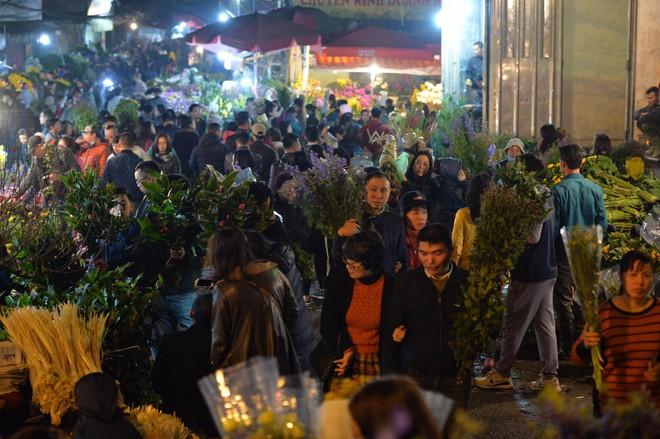 Chợ hoa Quảng An tấp nập đêm trước giao thừa - Ảnh 8.