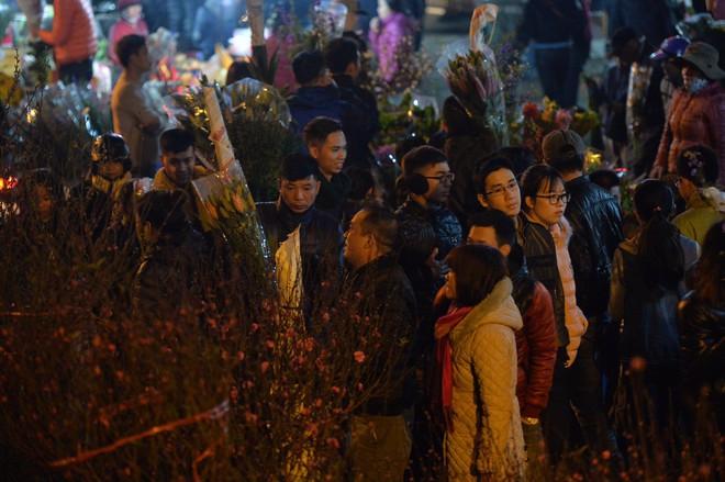 Chợ hoa Quảng An tấp nập đêm trước giao thừa - Ảnh 9.