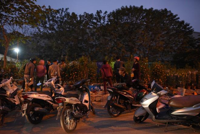 Người dân Hà Nội và Sài Gòn bắt đầu đổ ra đường, háo hức chờ bắn pháo hoa mừng năm mới Mậu Tuất 2018 - ảnh 9