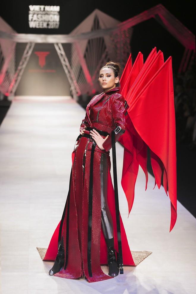 Nếu thấy trang phục của Táo Xã Hội quen quen, chắc chắn là bạn xem Fashion Week rất kỹ! - Ảnh 3.