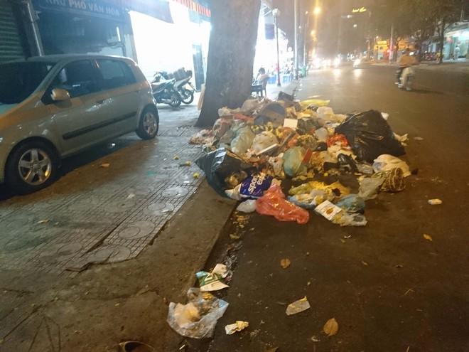 """Sau màn bắn pháo hoa mừng năm mới, rác thải lại ngập tràn khắp các tuyến đường như một """"thông lệ"""" - ảnh 9"""