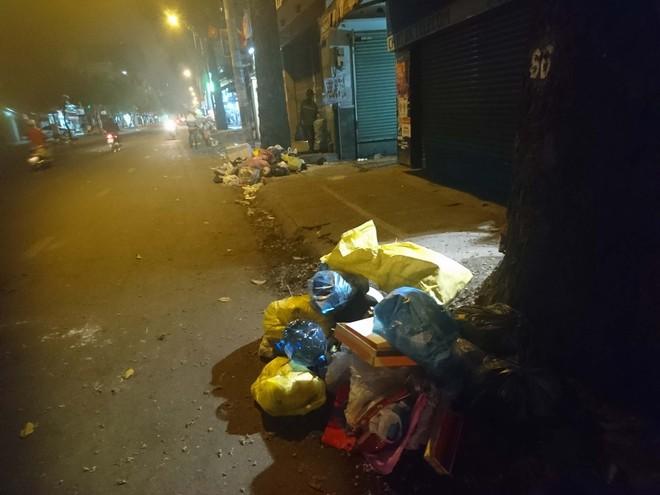 """Sau màn bắn pháo hoa mừng năm mới, rác thải lại ngập tràn khắp các tuyến đường như một """"thông lệ"""" - ảnh 10"""