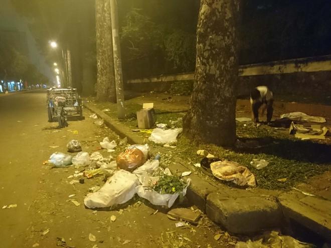 """Sau màn bắn pháo hoa mừng năm mới, rác thải lại ngập tràn khắp các tuyến đường như một """"thông lệ"""" - ảnh 11"""