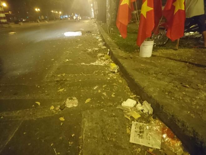 """Sau màn bắn pháo hoa mừng năm mới, rác thải lại ngập tràn khắp các tuyến đường như một """"thông lệ"""" - ảnh 12"""