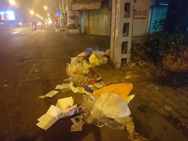 """Sau màn bắn pháo hoa mừng năm mới, rác thải lại ngập tràn khắp các tuyến đường như một """"thông lệ"""" - ảnh 13"""