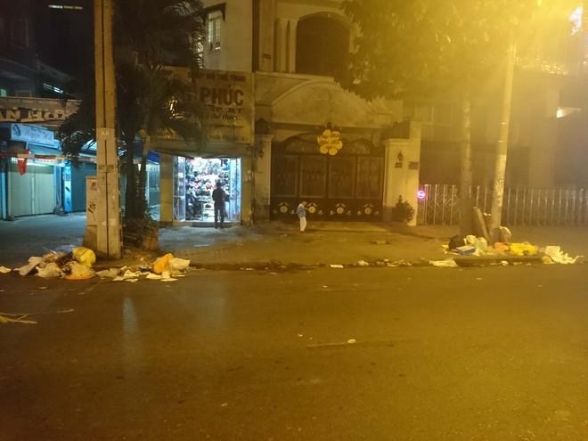"""Sau màn bắn pháo hoa mừng năm mới, rác thải lại ngập tràn khắp các tuyến đường như một """"thông lệ"""" - ảnh 14"""