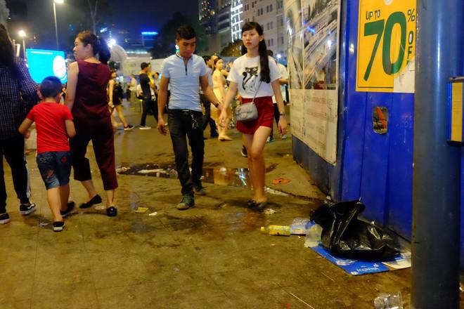 """Sau màn bắn pháo hoa mừng năm mới, rác thải lại ngập tràn khắp các tuyến đường như một """"thông lệ"""" - ảnh 1"""