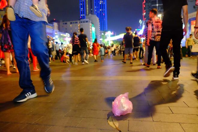 """Sau màn bắn pháo hoa mừng năm mới, rác thải lại ngập tràn khắp các tuyến đường như một """"thông lệ"""" - ảnh 2"""
