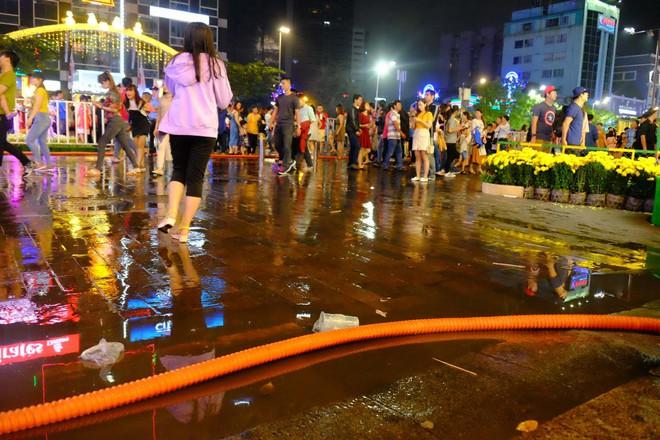 """Sau màn bắn pháo hoa mừng năm mới, rác thải lại ngập tràn khắp các tuyến đường như một """"thông lệ"""" - ảnh 4"""