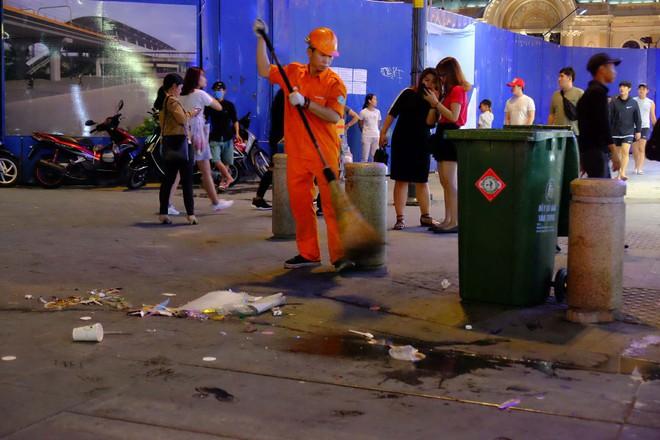 """Sau màn bắn pháo hoa mừng năm mới, rác thải lại ngập tràn khắp các tuyến đường như một """"thông lệ"""" - ảnh 5"""