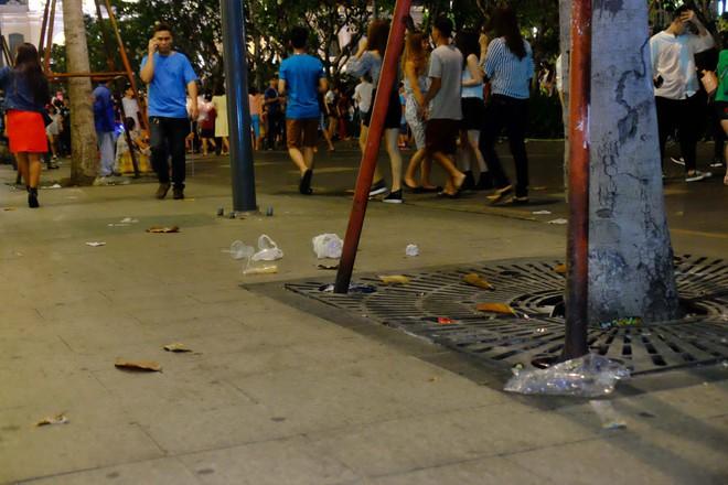 """Sau màn bắn pháo hoa mừng năm mới, rác thải lại ngập tràn khắp các tuyến đường như một """"thông lệ"""" - ảnh 6"""