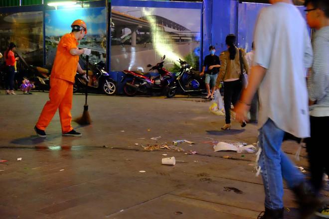 """Sau màn bắn pháo hoa mừng năm mới, rác thải lại ngập tràn khắp các tuyến đường như một """"thông lệ"""" - ảnh 7"""