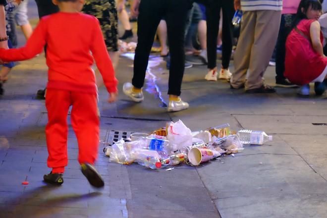 """Sau màn bắn pháo hoa mừng năm mới, rác thải lại ngập tràn khắp các tuyến đường như một """"thông lệ"""" - ảnh 8"""