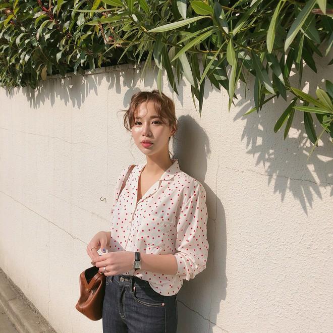 Nếu không thích mặc váy nhưng vẫn muốn có set đồ thật điệu diện Tết, bạn hãy thử công thức xinh xắn đang cực hot tại Hàn này - Ảnh 7.