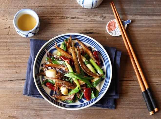 Cỗ bàn mãi cũng chán, trở lại bữa cơm ngày thường với cá khô rim tỏi ớt chắc chắn ai cũng mê - Ảnh 5.