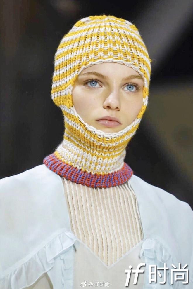 Tưởng lỗi thời lắm rồi, nào ngờ mũ len trùm đầu giờ lại là mốt mới nhất tại NYFW - Ảnh 1.