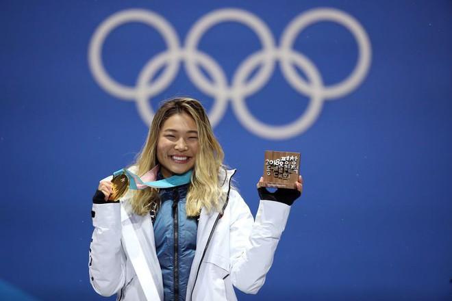 Giành HCV Olympic 2018, người hùng nước Mỹ Chloe Kim cố nén khóc khi lên nhận giải vì không muốn... làm hỏng đường kẻ mắt - Ảnh 2.