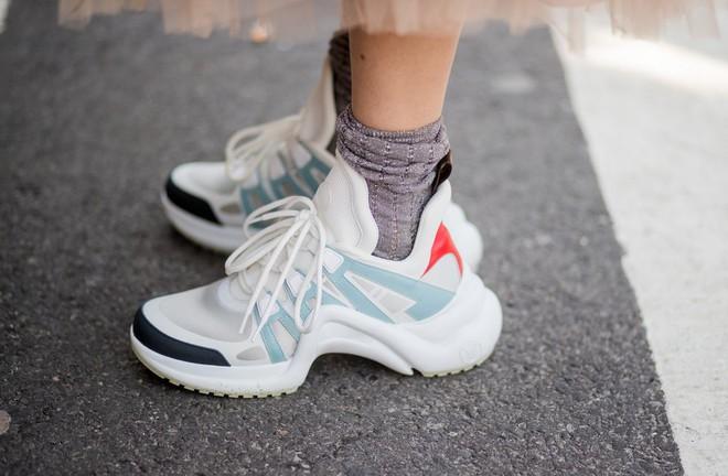 Dad Sneakers: trend giày nhìn thì cồng kềnh nhưng lại đang oanh tạc NYFW năm nay - Ảnh 1.