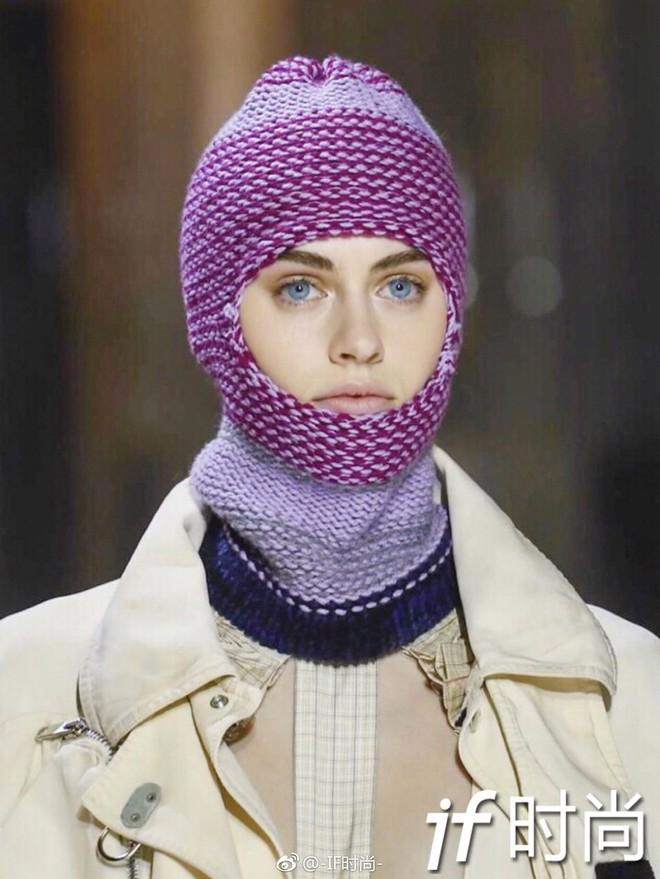 Tưởng lỗi thời lắm rồi, nào ngờ mũ len trùm đầu giờ lại là mốt mới nhất tại NYFW - Ảnh 3.