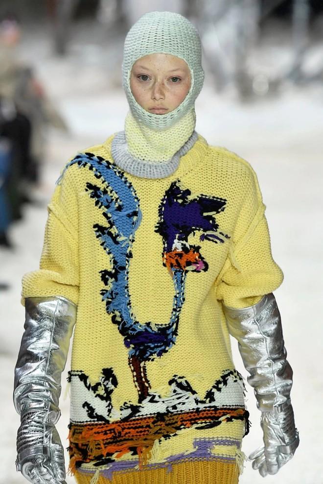 Tưởng lỗi thời lắm rồi, nào ngờ mũ len trùm đầu giờ lại là mốt mới nhất tại NYFW - Ảnh 6.