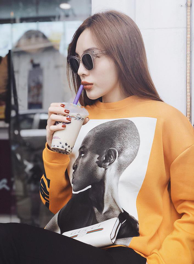 """Diện áo phông hình cực chất của Zara đi chúc Tết, Kỳ Duyên lại """"đụng"""" ngay Jolie Nguyễn - Ảnh 2."""
