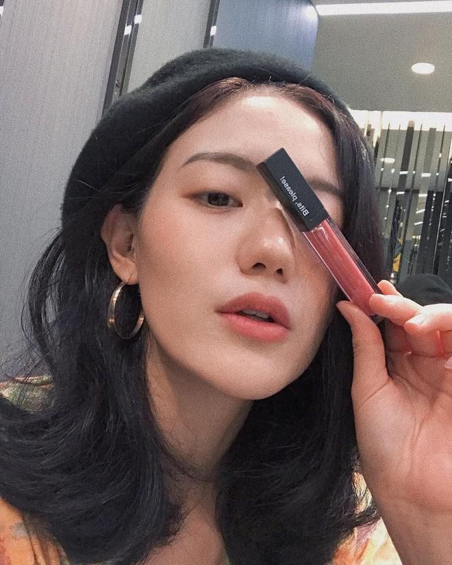 Nếu mắt bạn một mí hoặc không rõ mí, chỉ cần áp dụng 6 thủ thuật makeup đơn giản này để vẫn đẹp chẳng kém chị kém em - Ảnh 1.