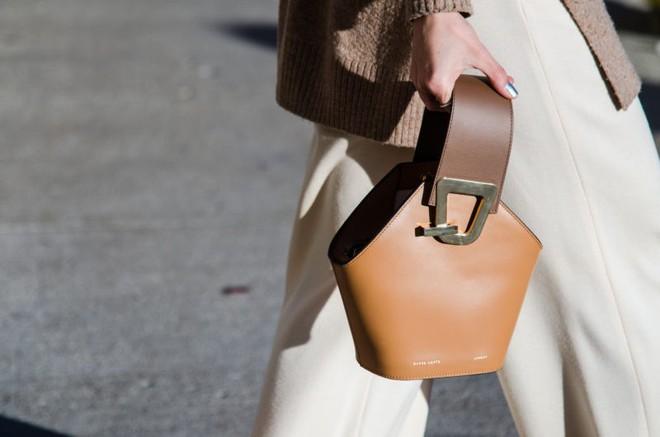 Chiếc túi thống trị NYFW 2018 hóa ra lại không phải là túi hiệu cao cấp - Ảnh 1.