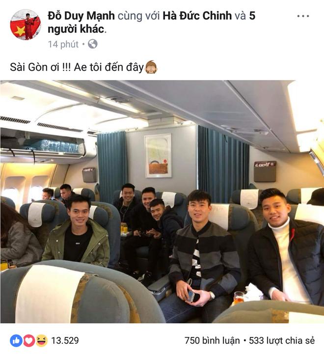Các tuyển thủ U23 đua nhau check-in siêu dễ thương trước chuyến bay vào Sài Gòn dự lễ mừng công - Ảnh 2.