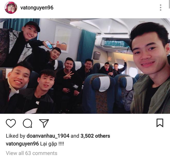 Các tuyển thủ U23 đua nhau check-in siêu dễ thương trước chuyến bay vào Sài Gòn dự lễ mừng công - Ảnh 4.