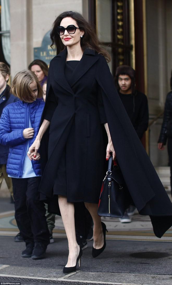Diện đồ đơn giản, nhưng ít ai ngờ Angelina Jolie đã chi gần 500 triệu đồng cho trang phục trong chuyến đi Paris vừa qua - Ảnh 4.