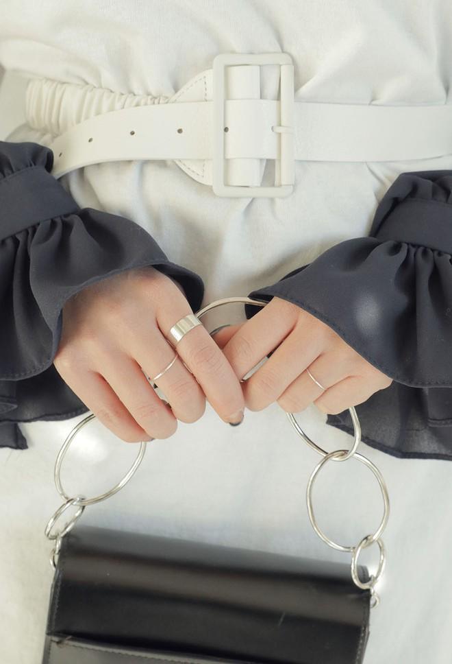 Không cần váy áo cầu kỳ, loạt trang sức nhỏ này sẽ giúp cho set đồ của bạn thêm thu hút trong mắt chàng - Ảnh 10.