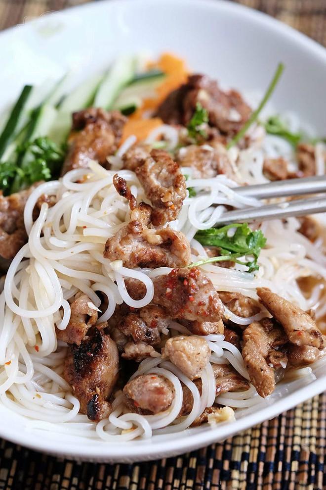 Bữa trưa lười biếng chỉ cần tô bún thịt nướng cũng đủ vừa no vừa ngon - Ảnh 5.
