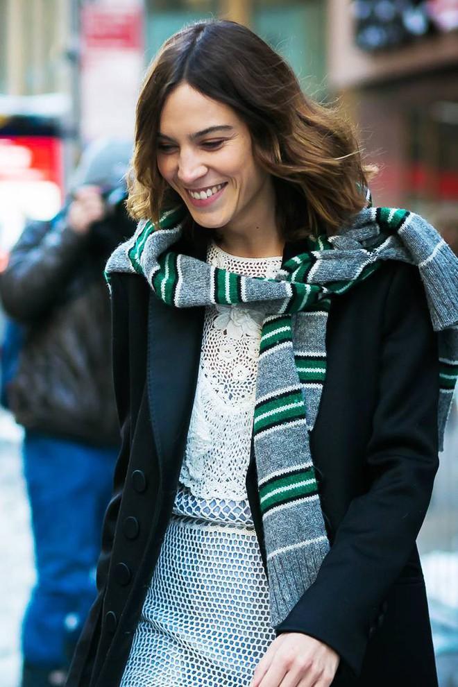 Áo len giờ còn được biến tấu thành khăn quàng hay buộc thành túi đeo chéo nhìn cực chất, bạn có dám thử? - Ảnh 6.