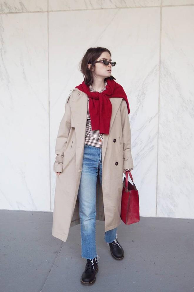 Áo len giờ còn được biến tấu thành khăn quàng hay buộc thành túi đeo chéo nhìn cực chất, bạn có dám thử? - Ảnh 9.