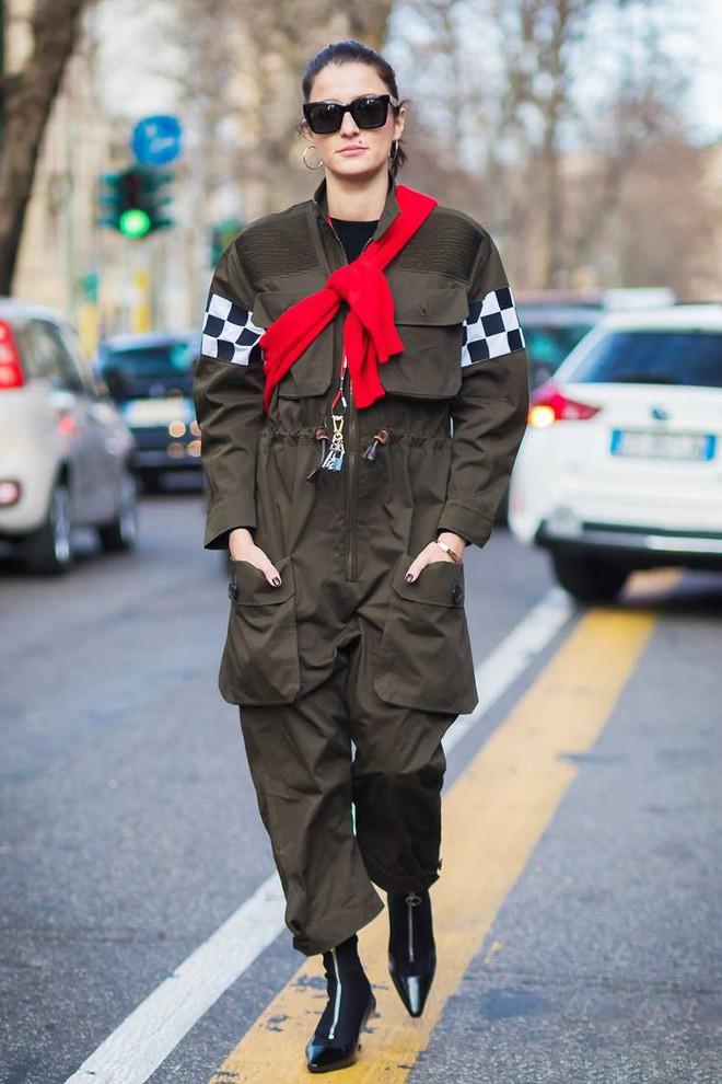 Áo len giờ còn được biến tấu thành khăn quàng hay buộc thành túi đeo chéo nhìn cực chất, bạn có dám thử? - Ảnh 1.