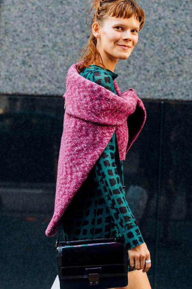 Áo len giờ còn được biến tấu thành khăn quàng hay buộc thành túi đeo chéo nhìn cực chất, bạn có dám thử? - Ảnh 10.