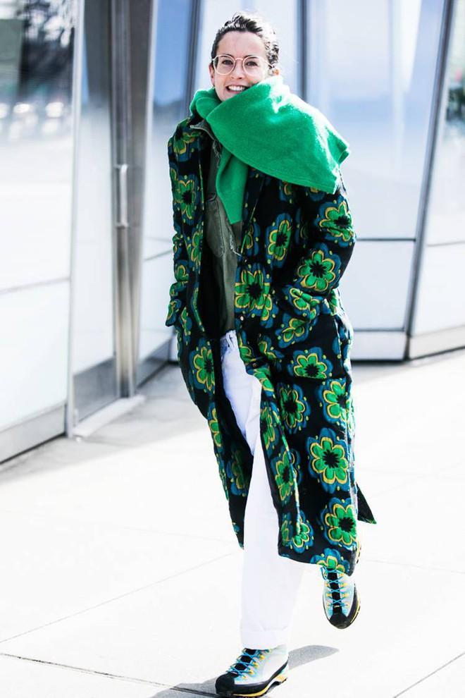 Áo len giờ còn được biến tấu thành khăn quàng hay buộc thành túi đeo chéo nhìn cực chất, bạn có dám thử? - Ảnh 12.