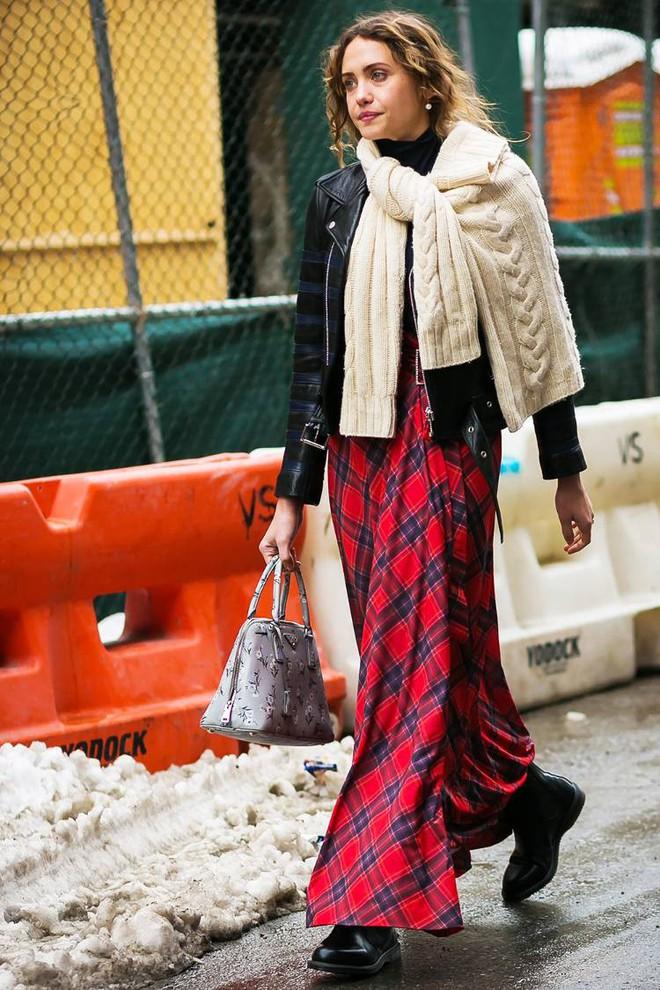 Áo len giờ còn được biến tấu thành khăn quàng hay buộc thành túi đeo chéo nhìn cực chất, bạn có dám thử? - Ảnh 13.