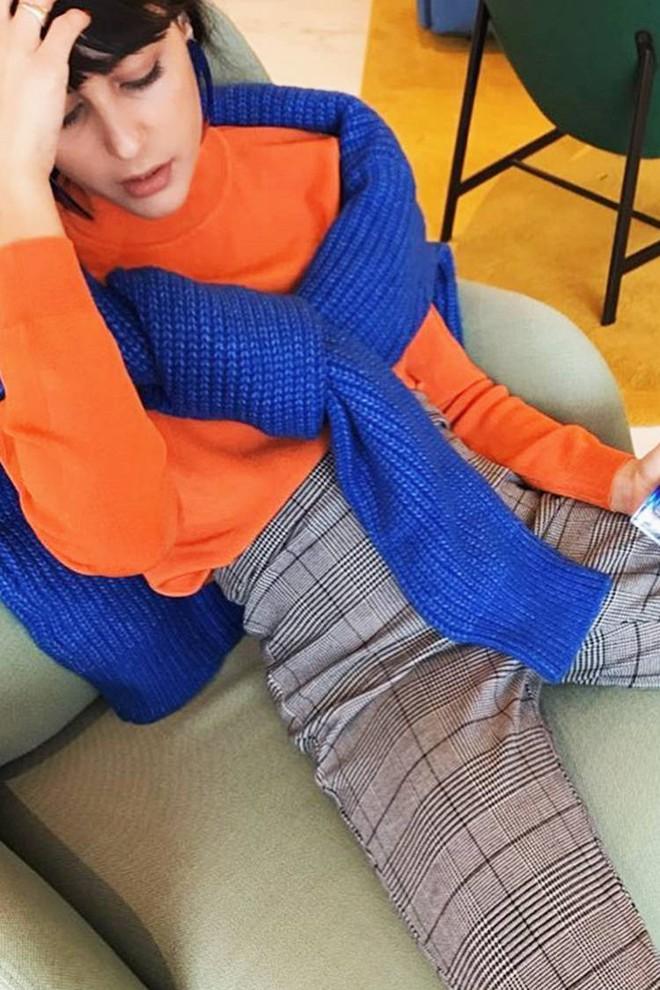 Áo len giờ còn được biến tấu thành khăn quàng hay buộc thành túi đeo chéo nhìn cực chất, bạn có dám thử? - Ảnh 17.