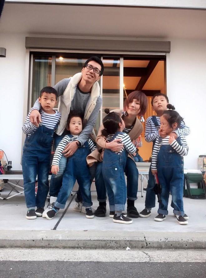 """Mẹ Nhật hot rần rần khi khoe ảnh gia đình với 1 cặp sinh đôi, 1 cặp sinh ba, đi đâu cũng """"ton sur ton"""" - Ảnh 1."""