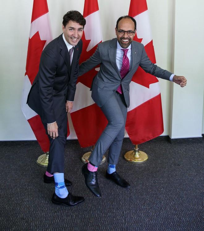 """Chẳng phải trang phục, giờ đây những đôi tất của Thủ tướng Canada mới là thứ người ta muốn """"bóc giá"""" - Ảnh 11."""