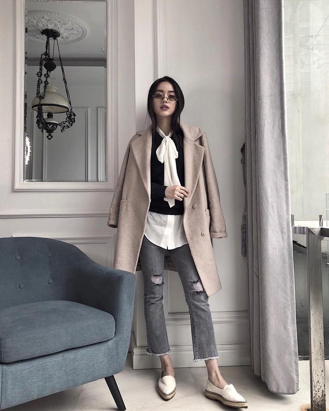 Nếu bạn chỉ thích đi giày bệt, hãy sắm ngay kiểu quần jeans này để chân thon dài thanh thoát mà chẳng cần đến app kéo chân - Ảnh 11.