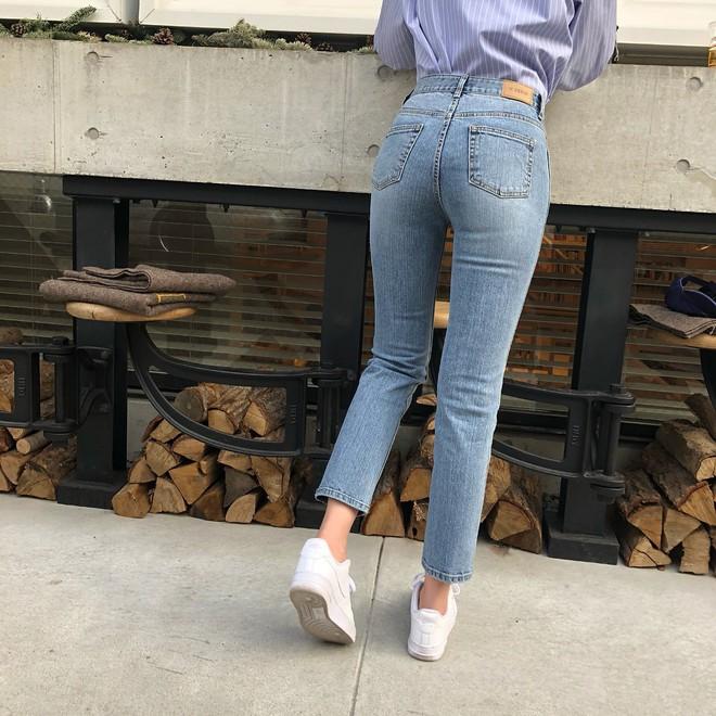 Nếu bạn chỉ thích đi giày bệt, hãy sắm ngay kiểu quần jeans này để chân thon dài thanh thoát mà chẳng cần đến app kéo chân - Ảnh 3.