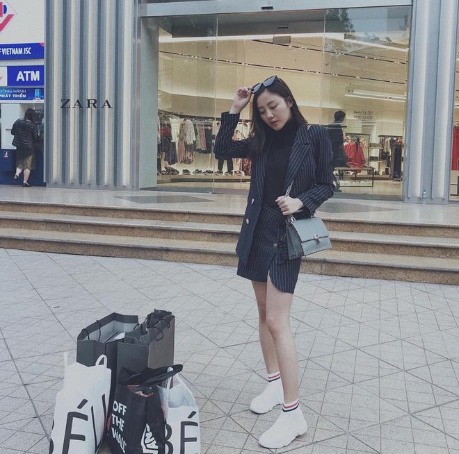 Lên đồ biểu diễn có vẻ hơi già, nhưng street style ngày thường của cô nàng tuổi Tuất - Văn Mai Hương lại trẻ trung hết sảy - Ảnh 10.