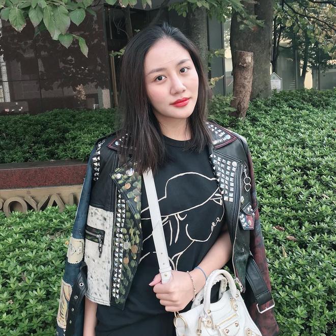 Lên đồ biểu diễn có vẻ hơi già, nhưng street style ngày thường của cô nàng tuổi Tuất - Văn Mai Hương lại trẻ trung hết sảy - Ảnh 13.