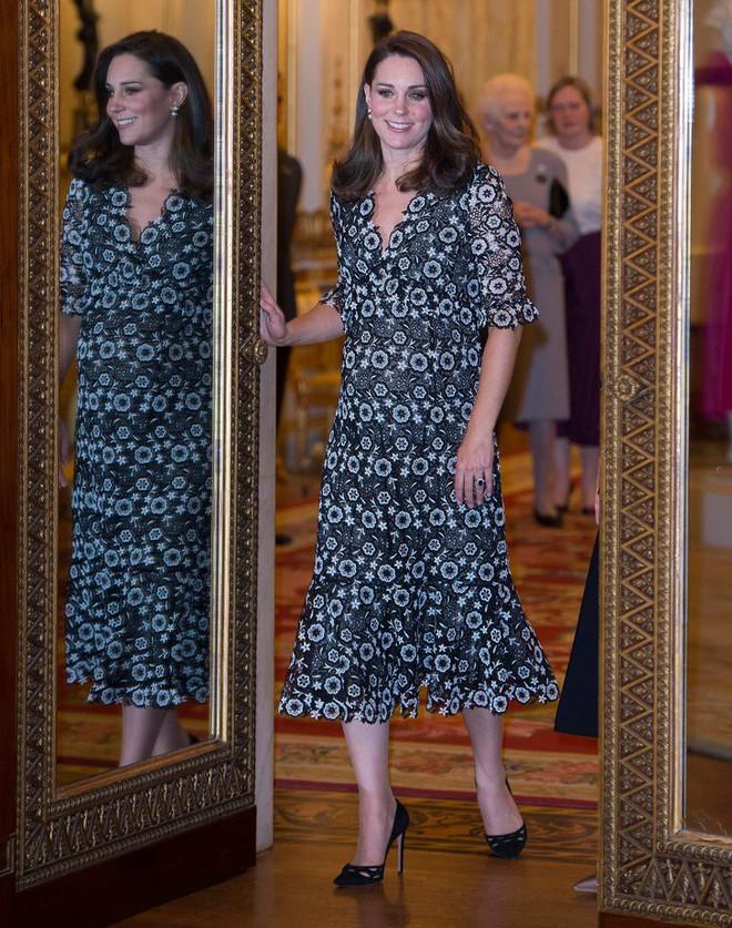 Trước khi diện váy, Công nương Kate đã phải nhờ người chỉnh lại để hợp hơn với vóc dáng bầu bí tháng thứ 6 của mình - Ảnh 1.