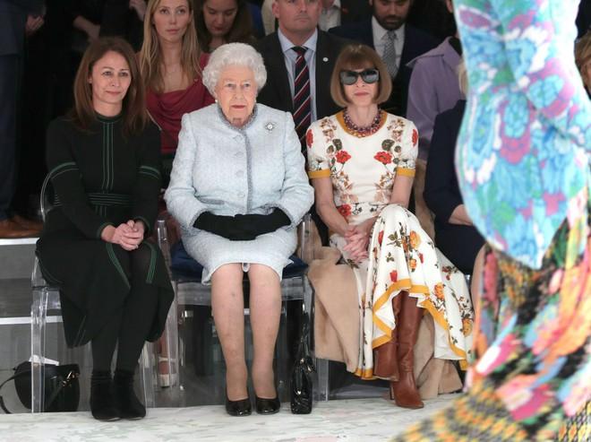 Lần đầu tiên, Nữ hoàng Anh Elizabeth II ngồi hàng ghế đầu dự show thời trang tại Tuần lễ Thời trang London - Ảnh 4.